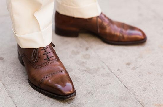 Обувь из кожи и брюки из мягкой ткани