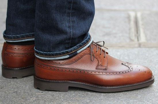 Обувь из зернистой кожи и джинсы