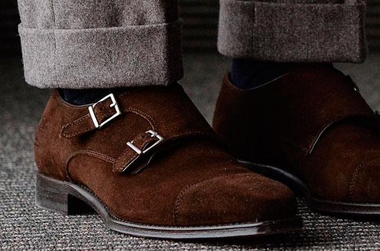 Обувь из замши и фланелевые брюки