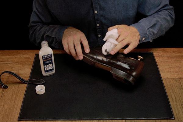 Использование мыла для обуви Saphir