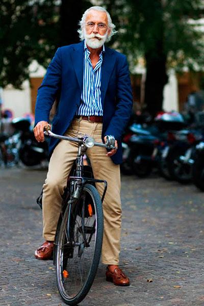 Коричневый ремень и обувь коричневого цвета
