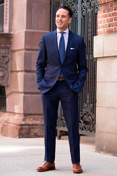 Синий костюм и оксфорды светло-коричневого цвета